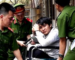 Định ngồi xe lăn hầu tòa do bị teo cơ hai chân. Ảnh: H. D.