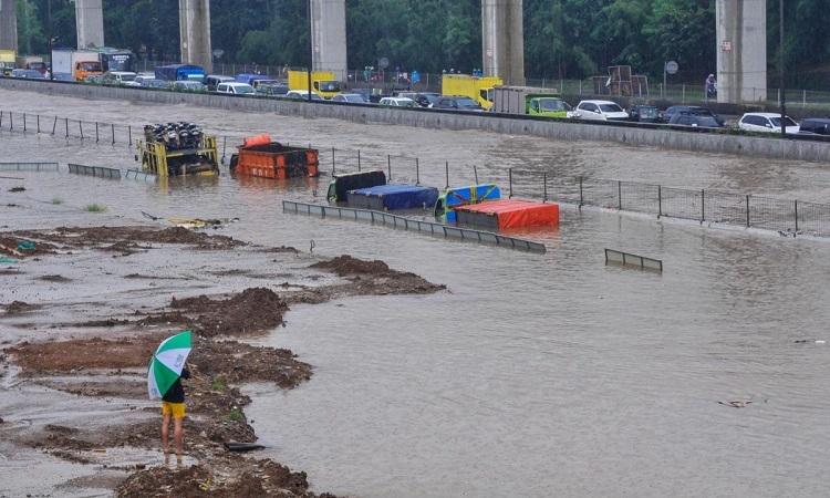 Nhiều ô tô chìm trong nước ở Jakarta, thủ đô Indonesia, hôm 25/2. Ảnh: Reuters.