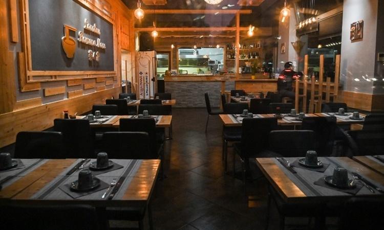 Một nhà hàng Trung Quốc ở Milan vắng khác vì dịch Covid-19. Ảnh: AFP.