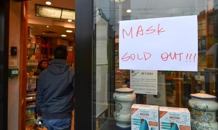 Một cửa hàng ở Milan, Italy, treo biển đã bán hết khẩu trang. Ảnh: AFP.