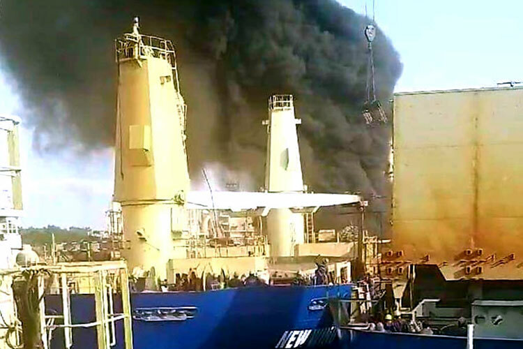 Photo of Tàu hàng bốc cháy khi đang sửa chữa