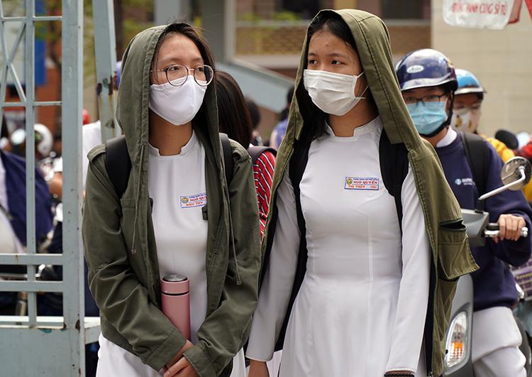 Học sinh trường THPT Ngô Quyền, Đồng Nai đeo khẩu trang khi trở lại trường sáng nay. Ảnh: Phước Tuấn