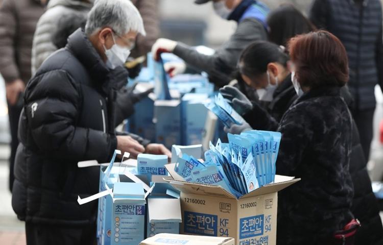 Người dân thủ đô Seoul mua khẩu trang ngày 1/3. Ảnh: Yonhap.