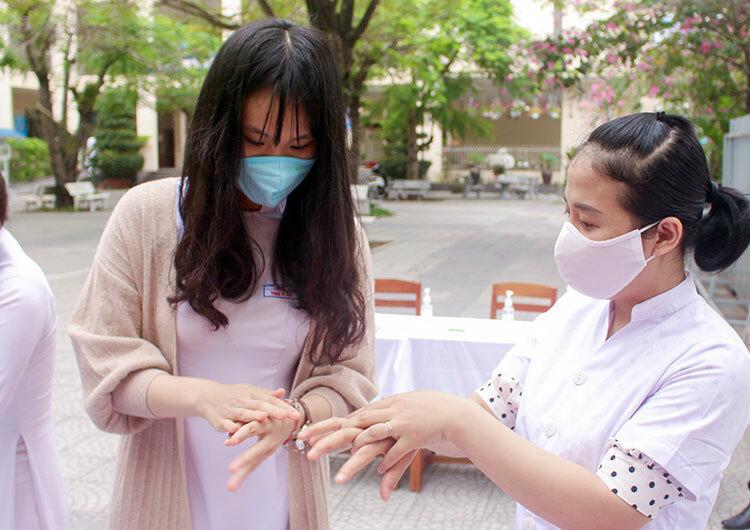 Học sinh được hướng dẫn sát khuẩn tay tại trường học. Ảnh: Thanh Thanh.