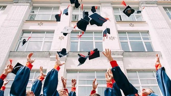 Sinh viên trong lễ tốt nghiệp. Ảnh:Unsplash/Vasily Koloda.