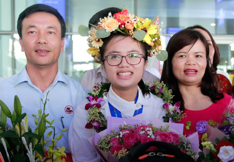 Nguyễn Khánh Linh trở về Việt Nam sau tấm huy chương vàng tại Olympic Vật lý quốc tế hồi tháng 7/2019. Ảnh: Thanh Hằng
