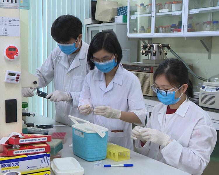Nhóm nghiên cứu Viện Công nghệ sinh học chế tạo bộ sinh phẩm. Ảnh: V. Linh.