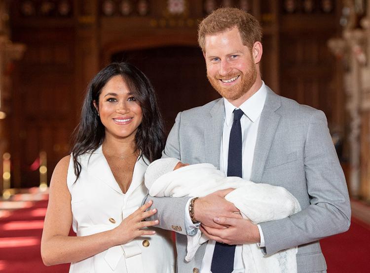 Vợ chồng Harry và Meghan bế con trai Archie tại lâu đài Windsor ngày 8/5/2019. Ảnh: AFP