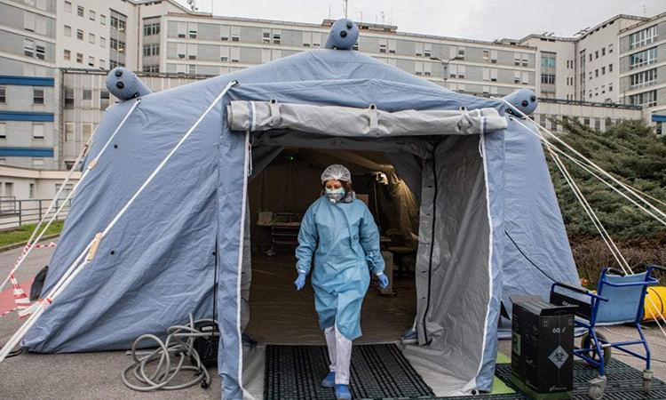 Nhân viên y tế tại bệnh viện ở thành phố Cremona, miền bắc Italy ngày 29/2. Ảnh: AP.