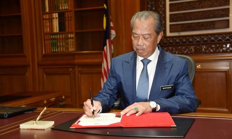 Thủ tướng Malaysia Muhyiddin Yassin tại văn phòng ở Putrajaya hôm 2/3. Ảnh: Reuters.
