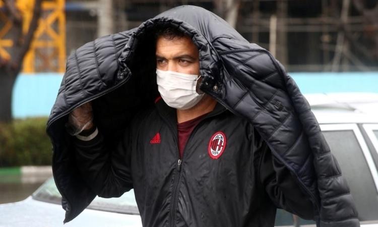 Một người ở Tehran ngày 26/2. Ảnh: Reuters.
