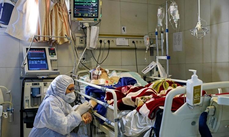 Nhân viên y tế điều trị cho bệnh nhân nCoV ở Tehran ngày 1/3. Ảnh: AFP.