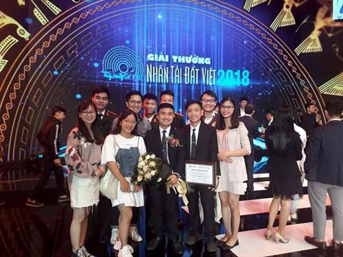 Đoàn Vinh Phú chụp ảnh cùng thầy Vũ Khắc Ngọc và thầy Nguyễn Thanh Tùng khi nhận giải thưởng Nhân tài Đất Việt năm 2018.
