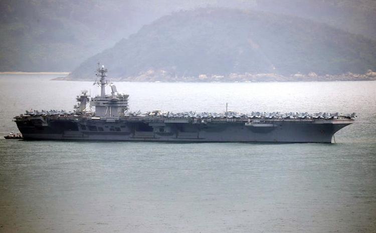 Tàu sân bay USS Theodore Roosevelt nhìn từ bán đảo Sơn Trà sáng 5/3. Ảnh: Nguyễn Đông