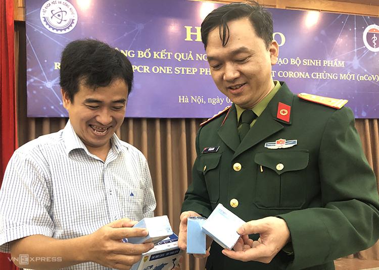 PGS. TS Hồ Anh Sơn (phải) Chủ nhiệm đề tài và đại diện Công ty cổ phần Việt Á giới thiệu bộ kit tại buổi họp báo. Ảnh: BN.