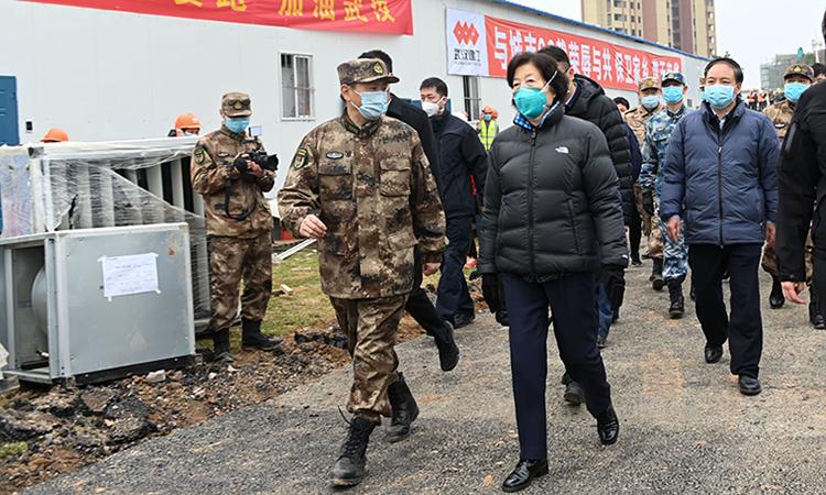 Phó thủ tướng Trung Quốc Tôn Xuân Lan (áo đen) thị sát thành phố Vũ Hán hôm 2/2. Ảnh: Xinhua