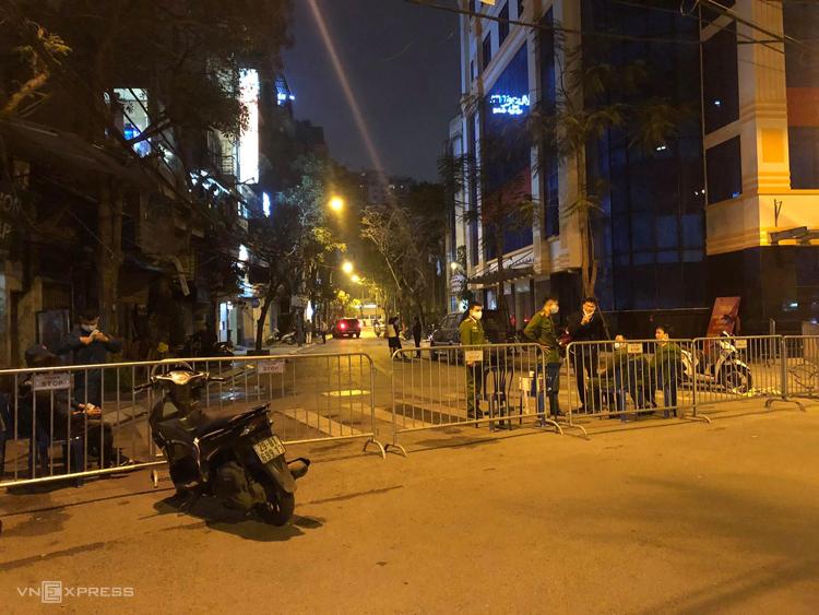 Lực lượng chức năng lập hàng rào chốt chặn ởphố Trúc Bạch.Ảnh: Giang Huy