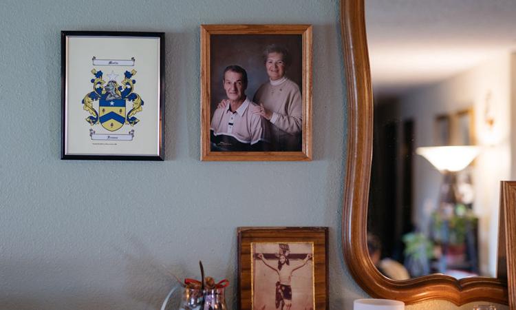 Ảnh chụp và Twilla Morin và chồng tại nhà của Debbie de los Angeles ở Monroe, bang Washington. Ảnh: NYTimes.