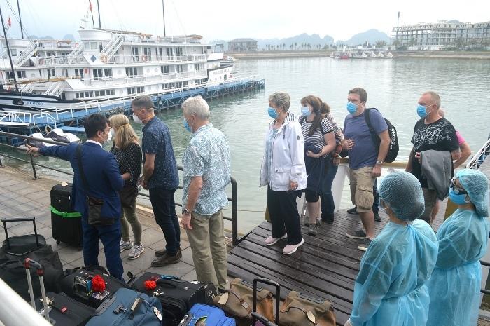 Hành khách trên tàu du lịch đươc đưa đi cách ly. Ảnh: Cổng thông tin điện tử Quảng Ninh