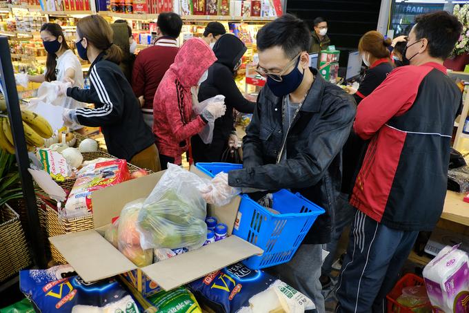 Nhiều gia đình mua đồ tích trữ lúc nửa đêm