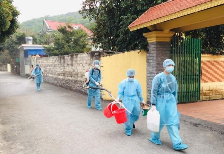 Toàn bộ thôn Phù Lưu, xã Phù Ninh, huyện Thủy Nguyên (Hải Phòng) được phun thuốc khử trùng, phòng dịch Covid-19.