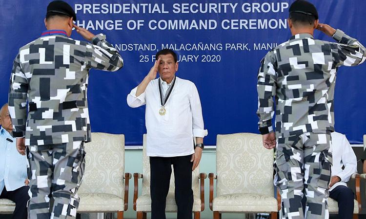 Tổng thống Philippines Duterte chào trong buổi lễ thay chỉ huy PSG ở Manila hôm 25/2. Ảnh: AP.