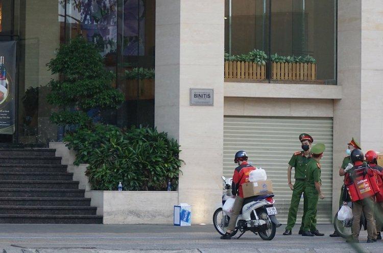Cảnh sát đứng gác ở khách sạn Vanda, nơi hai du khách Anh nhiễm nCoV từng lưu trú. Ảnh: Toàn Giáp.