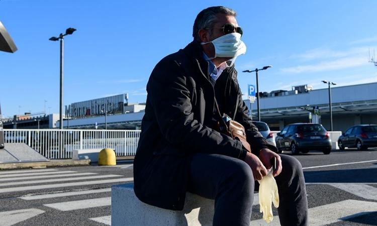 Một người tại sân bay Linate ở Milan ngày 8/3. Ảnh: AFP.