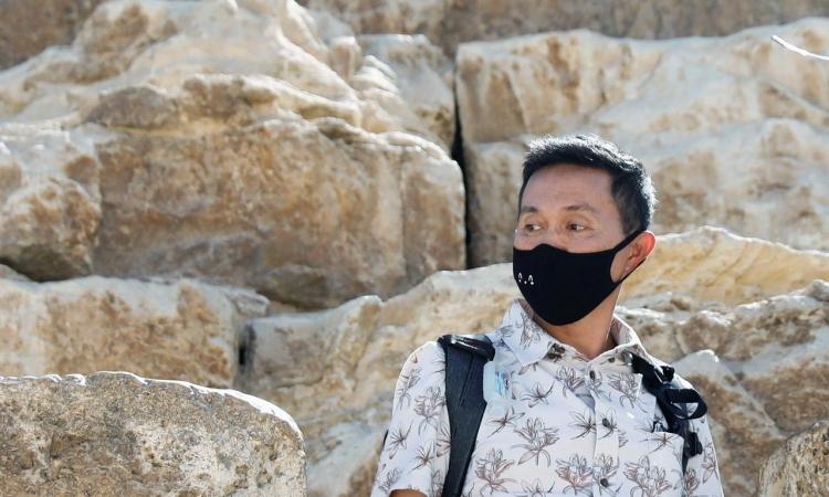 Một du khách đeo khẩu trang khi thăm Kim tự tháp Giza, ở ngoại ô Cairo, Ai Cập, ngày 8/3. Ảnh: Reuters.