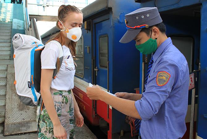 Hành khách lên tàu SE9 từ ga Hà Nội. Ảnh: Anh Duy.