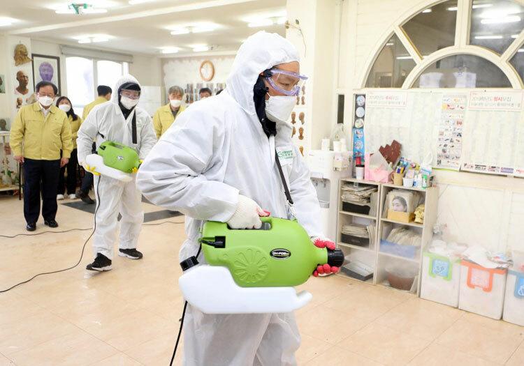 Lãnh đạo Văn phòng Giáo dục tỉnh Busan, Hàn Quốc giám sát quy trình khử trùng trung tâm dạy thêm vào ngày 6/3. Ảnh: Yonhap.