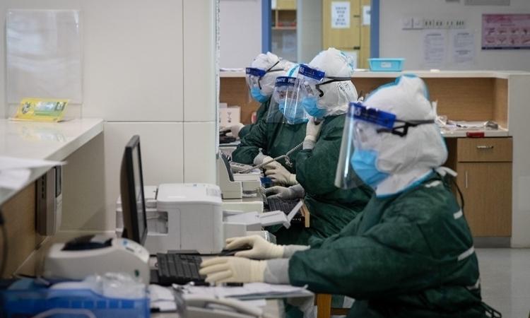 Nhân viên y tế tại một bệnh viện ở Vũ Hán hôm 22/2. Ảnh: AFP.