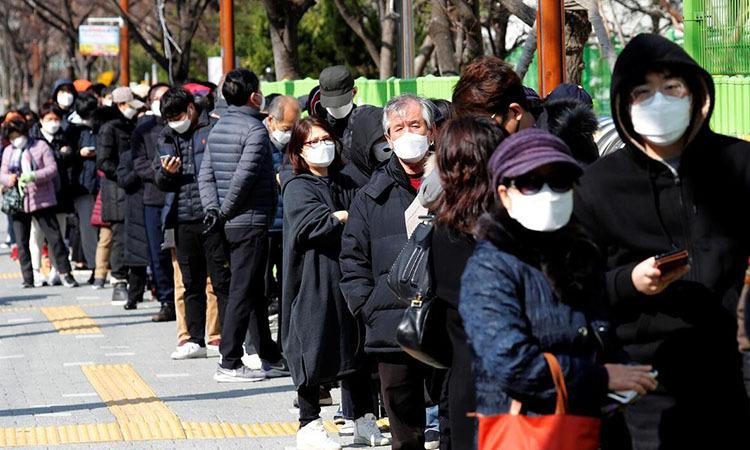Người dân xếp hàng mua khẩu trang tại thành phố Daegu, Hàn Quốc hôm 4/3. Ảnh: Reuters.