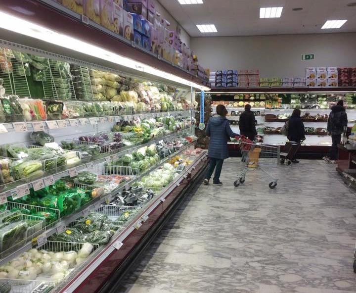 Một siêu thị ở thành phố Milan đầy ắp thực phẩm hôm 9/3. Ảnh: Trung Kiên