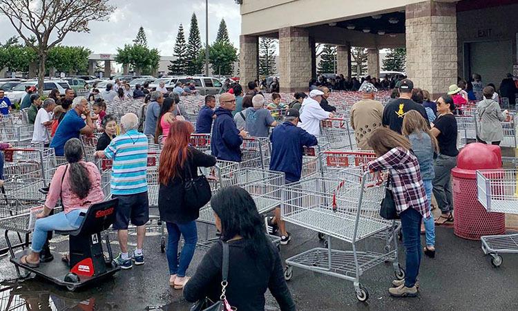 Tắc nghẽn trước cửa một siêu thị ở Honolulu, bang Hawaii, Mỹ hôm 28/2. Ảnh: Reuters.