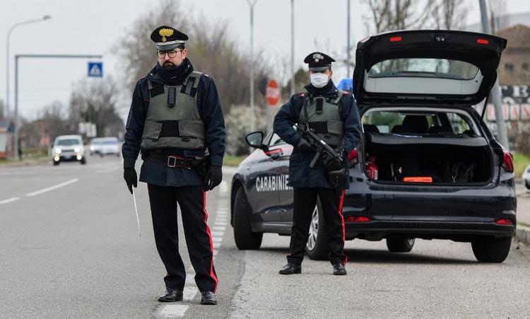 Cảnh sát Italy tại một chốt kiểm soát gần thành phố Bologna hôm 9/3. Ảnh: AFP.