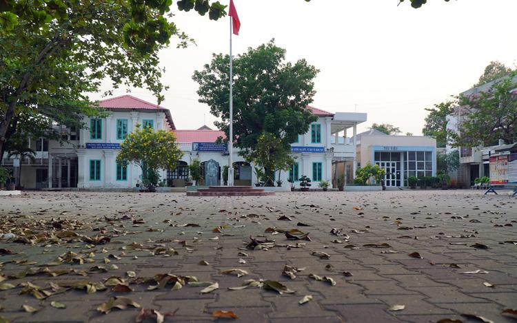 Khuôn viên trường tiểu học Nguyễn Du, TP Biên Hoà đầy lá cây sau hơn một tháng nghỉ chống dịch Covid-19. Ảnh: Phước Tuấn.