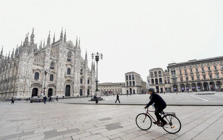 Một người dân Italy đạp xe ở khu vực vắng vẻ tại quảng trường Duomo, Milan, Italy. Ảnh: Reuters.