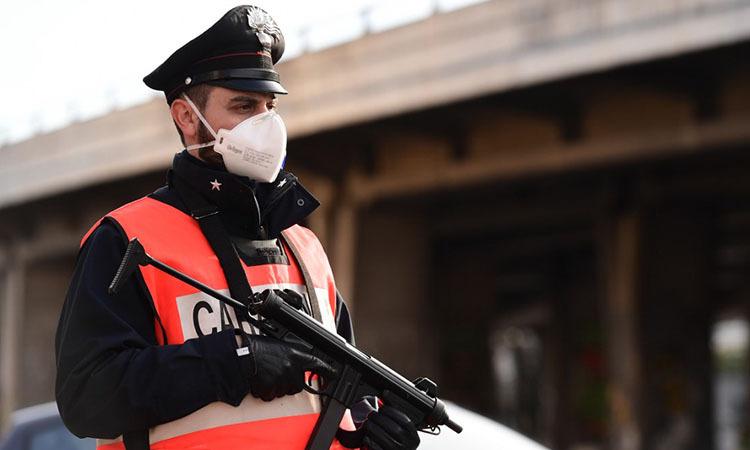 Cảnh sát vũ trang kiểm soát đi lại tại thành phố Milan, Italy hôm 10/3. Ảnh: AFP.