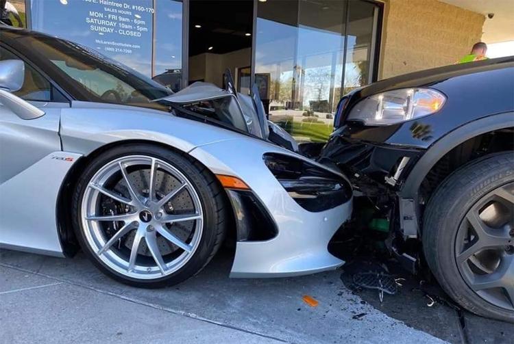 Cú đâm khiến xe BMW vỡ nát ba-đờ-sốc, trong khi nắp ca-pô của siêu xe gập đôi, phần đầu vỡ toác.