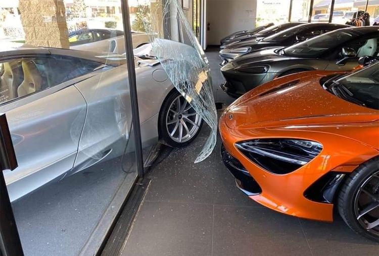 Phần đuôi của chiếc 720S màu bạc tông vỡ kính, chạm vào chiếc 720S màu cam nằm trong showroom.