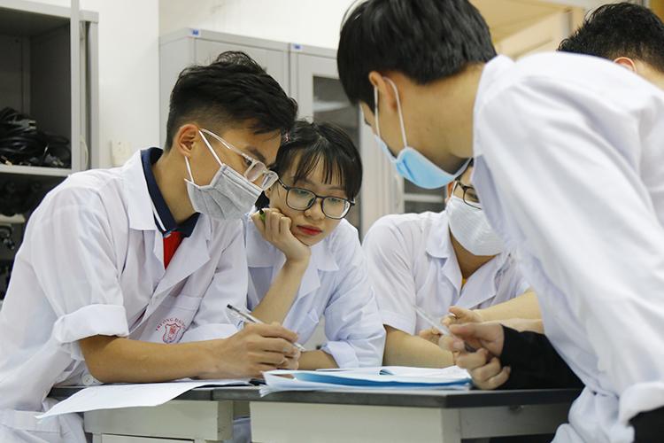 Sinh viên Đại học Y Hà Nội học nhóm trong phòng thí nghiệm của trường. Ảnh: Thanh Hằng.