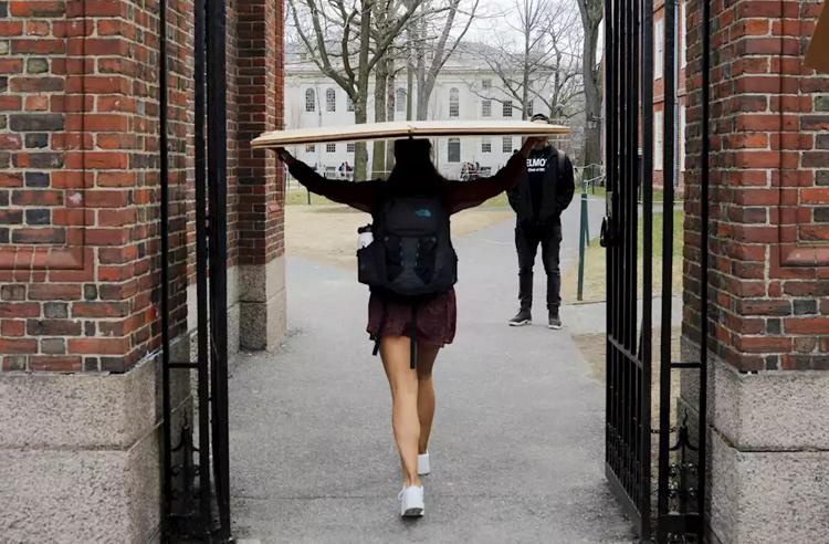 Sinh viên Đại học Harvard thu dọn đồ đạc rời khỏi ký túc xá ngày 10/3. Ảnh: Yahoo Finance.