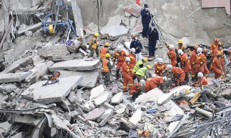Lực lượng cứu hộ làm việc tại hiện trường vụ sập khách sạn cách ly Covid-19 ở tỉnh Phúc Kiến, Trung Quốc hôm 10/3. Ảnh: AP.