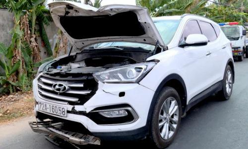 Chiếc xe ông Thu lái bị hư hỏng phần đầu sau khi gây tai nạn. Ảnh: Quang Bình.