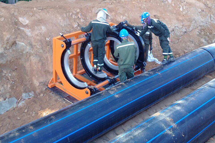 Công nhân thử áp lực đường ống. Ảnh: ST