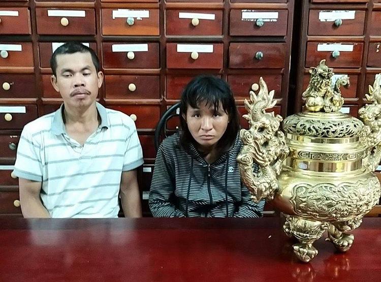 Hai vợ chồng Chiến cùng tang vật khi bị bắt. Ảnh: Thái Hà