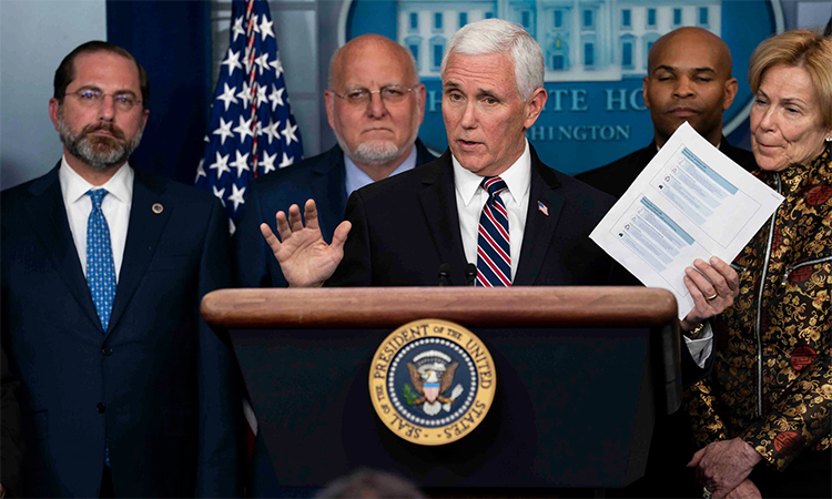 Phó Tổng thống Mỹ Mike Pence (thứ ba từ trái sang) cùng các thành viên tổ công tác đặc biệt chống Covid-19 của Mỹ trong buổi họp báo tại Nhà Trắng hôm 9/3. Ảnh: NYT.