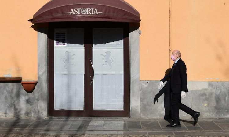 Một nhà hàng đóng cửa tại thành phố Codogno, đông nam Italy hôm 11/3. Ảnh: AFP.