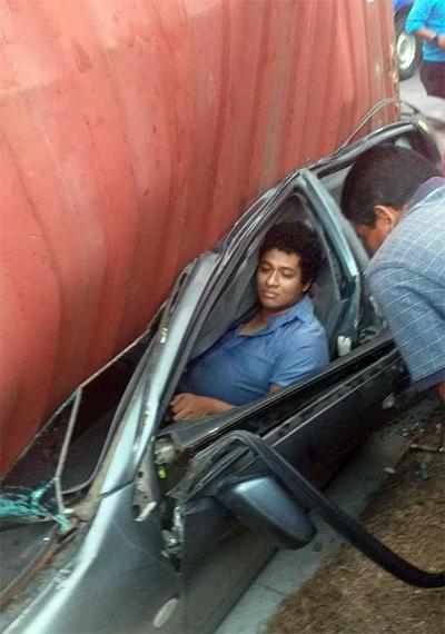 Tài xế 26 tuổi kẹt trong cabin dập nát, nhưng may mắn chỉ bị thương nhẹ.